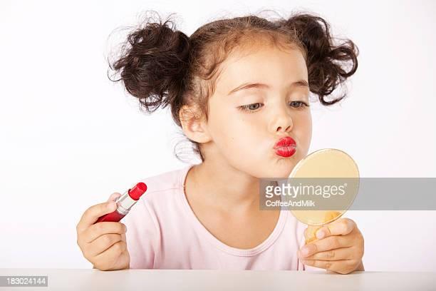 Hübsches kleines Mädchen macht Make-up