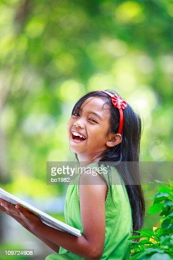 Kleine Mädchen liest ein Buch