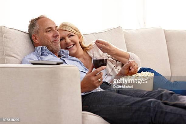 Joli couple d'âge mûr en regardant un film