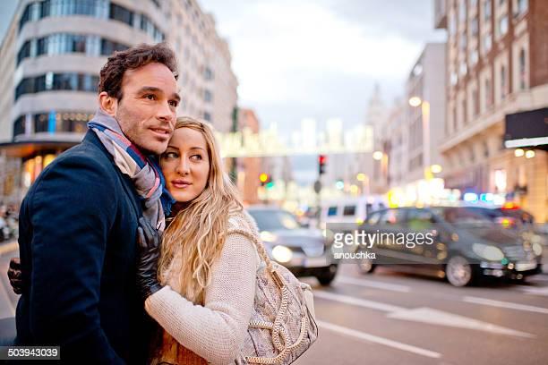 Adorable español par abrazar en Madrid street