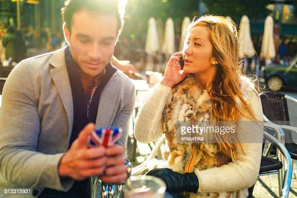 Encantadora pareja español en Madrid cafe