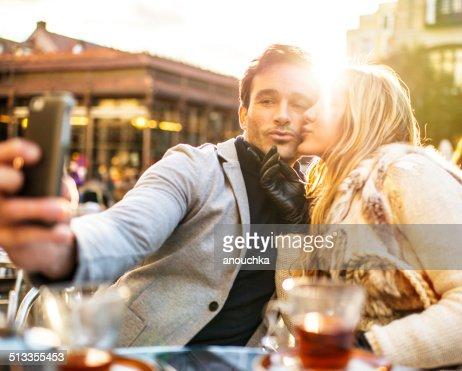 Una bella coppia facendo selfie in Spagna Madrid Cafe