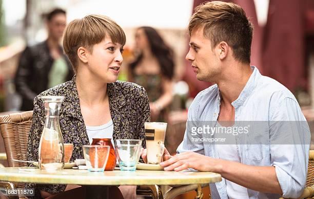 Gli amanti della coppia avendo la prima colazione al bar