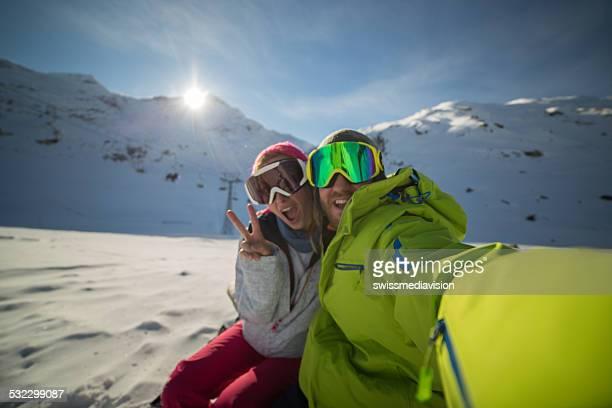Freunde nehmen selfie auf Skipisten-Alpen, Schweiz