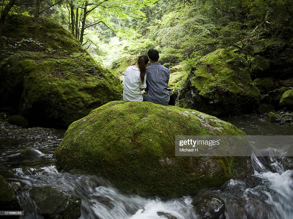 Lovers who draws close in forest : Foto stock