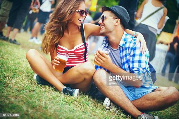 couple dans un festival de musique.