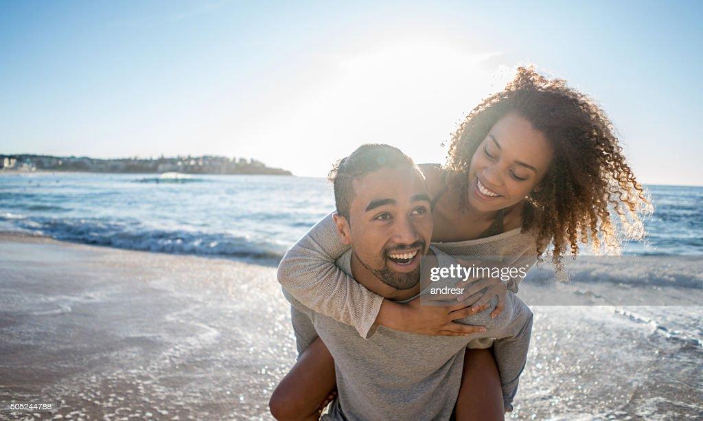ビーチで楽しむカップル : ストックフォト