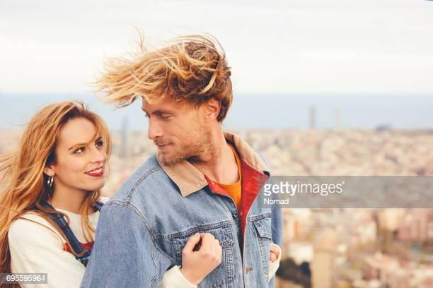 Couple d'amoureux embrassant contre cityscape