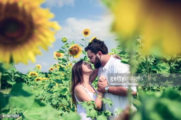 Liebespaar wie Tanzen in das Feld von Sonnenblumen