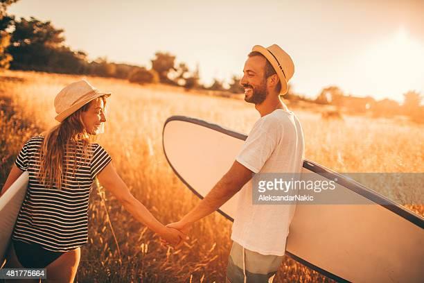 愛するカップルのサーファー