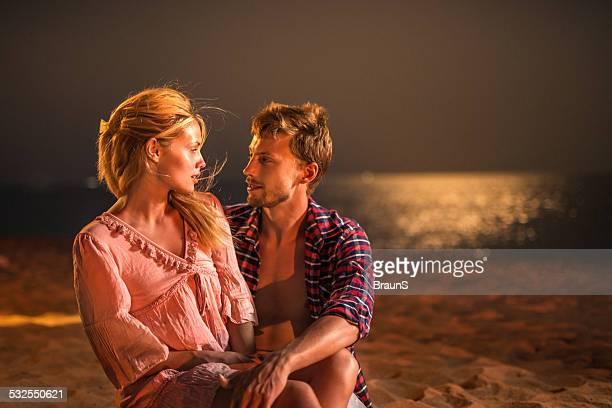 Liebespaar am Strand am Abend.