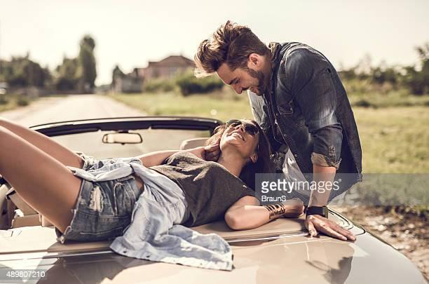 Liebespaar sich auf Cabrio Auto und Kommunikation.