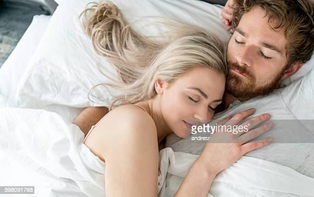 couple amoureux dormir ensemble