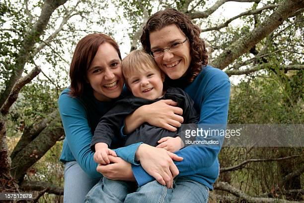大好きなご家族のトリオ、2 つの幸せな女性とその息子