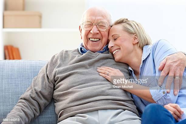 Liebende Vater und Tochter gemeinsam auf sofa