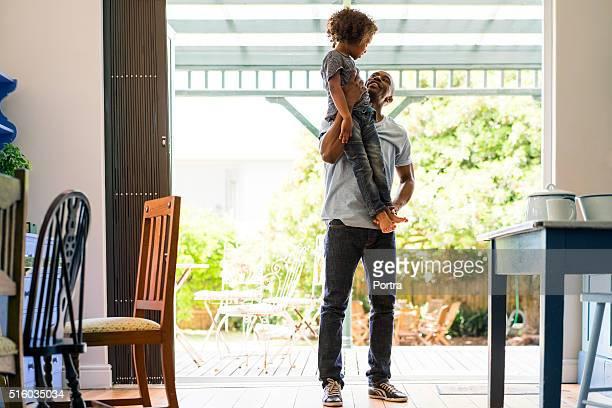 Liebenden Vater anheben Mädchen wie zu Hause fühlen.