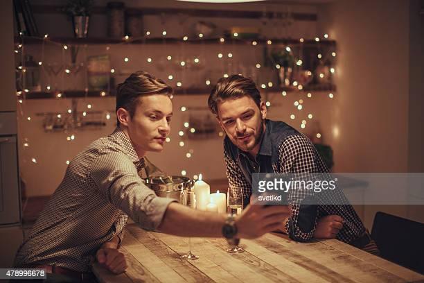 Liebevoll gay paar trinken Champagner.