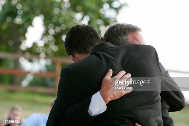 Liebevolle Umarmung von Freunden/Vater und Sohn