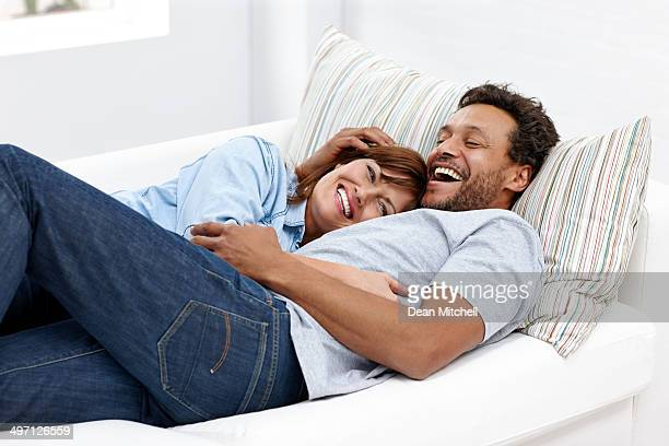 Loving couple interracial dormir ensemble sur canapé -