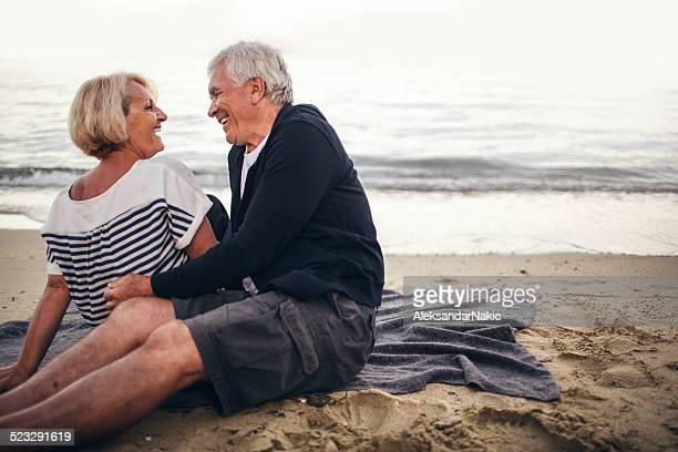 Loving couple senior profiter de la journée à la plage
