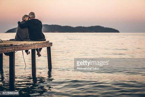 Amorevole Coppia senior godendo il tramonto