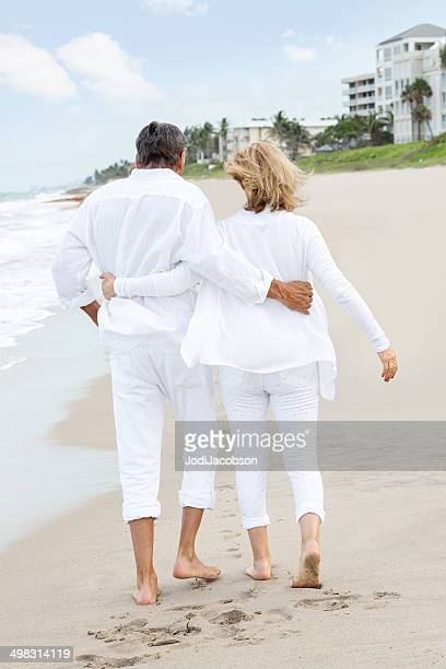 senior Loving couple marchant sur la plage