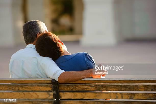 Liebende Senioren sitzen zusammen