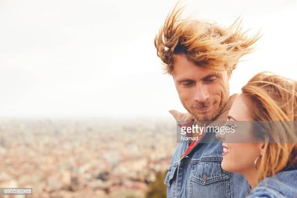 Couple d'amoureux jeune avec cityscape en arrière-plan