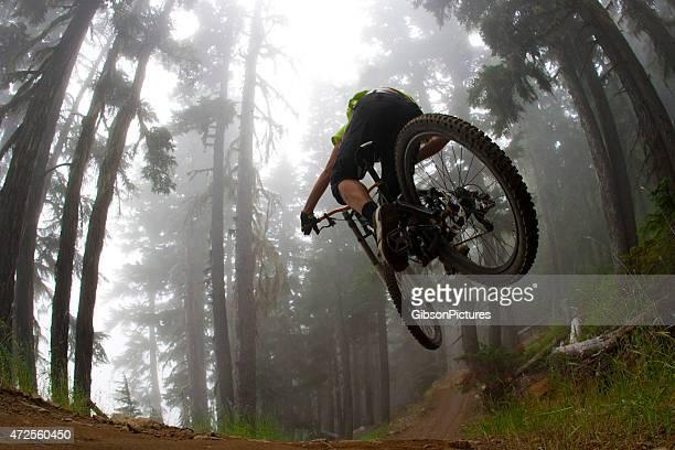Salto de bicicleta de montaña