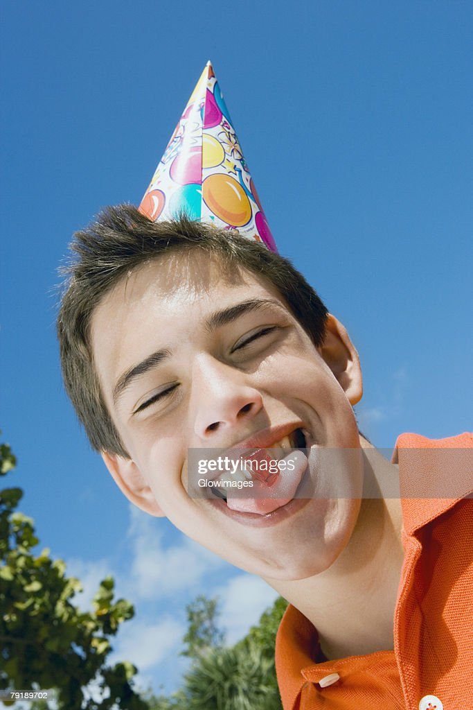 Low angle view of a boy eating a candy : Foto de stock