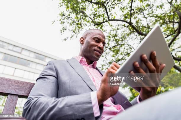 Vista de ángulo bajo de un hombre usando una tableta digital