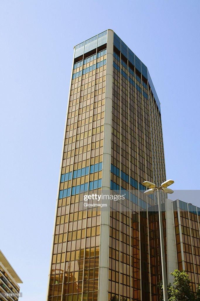 Low angle view of a skyscraper, Barcelona, Spain : Foto de stock