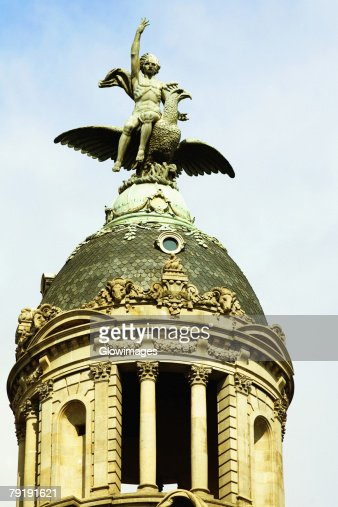 Low angle view of a statue on a dome, Barcelona, Spain : Foto de stock