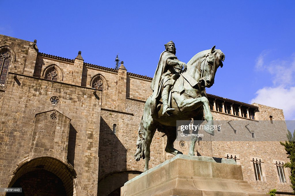 Low angle view of a statue on a pedestal in front of a building, Barcelona, Spain : Foto de stock