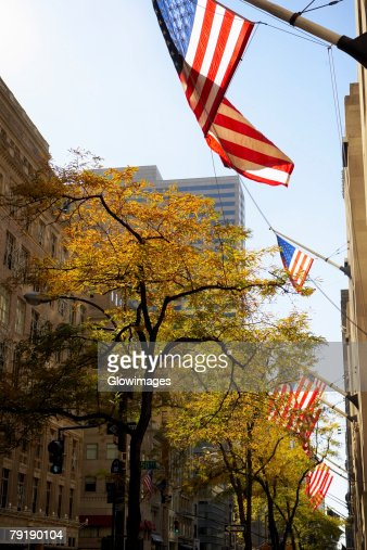 Low angle view of American flags fluttering on a building, Fifth Avenue, Manhattan, New York City, New York State, USA : Foto de stock