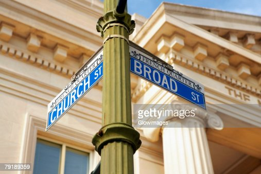Low angle view of an information board in front of a building, Charleston, South Carolina, USA : Foto de stock