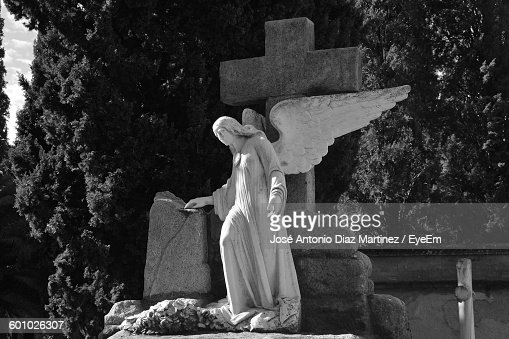 Low Angle View Of Angel Statue At Cemetery : Foto de stock