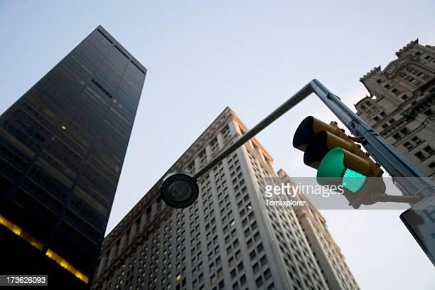 Niedrigen Winkel Ansicht von Wolkenkratzern auf den Broadway