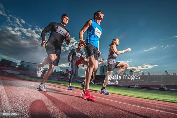 Vue depuis un angle bas de votre équipe sportive jogging sur un stade.