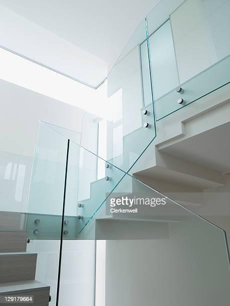 低角度のビューのガラスの階段の手すり