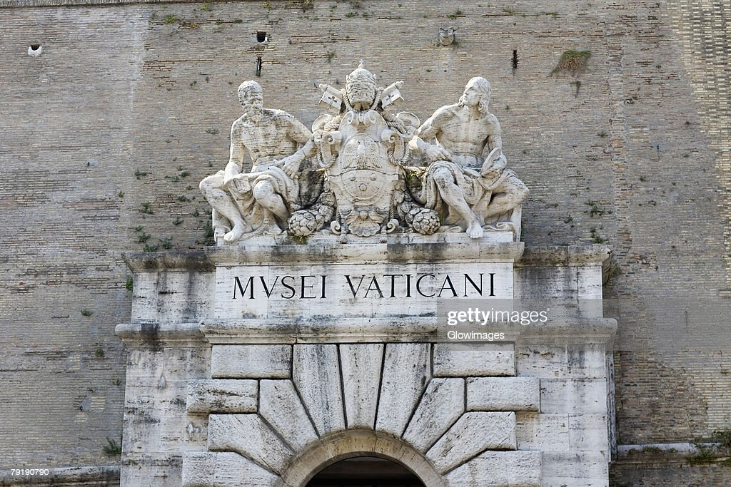 Low angle view of statues on a museum, Vatican Museum, Rome, Italy : Foto de stock