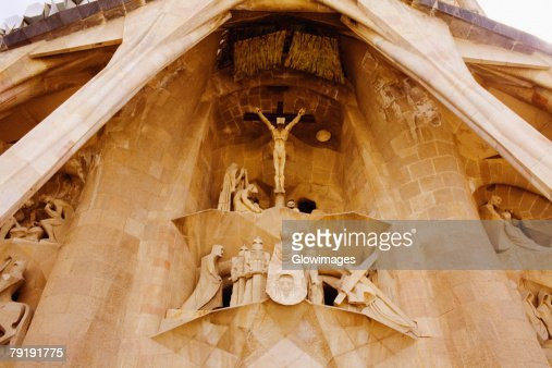 Low angle view of statues on the wall of a church, Sagrada Familia, Barcelona, Spain : Foto de stock