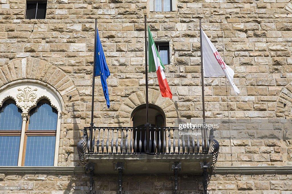 Low angle view of the balcony of a palace, Pallazo Vecchio, Piazza Della Signoria, Florence, Italy : Foto de stock