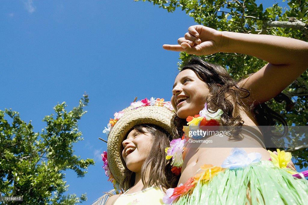 Low angle view of two girls dancing : Foto de stock