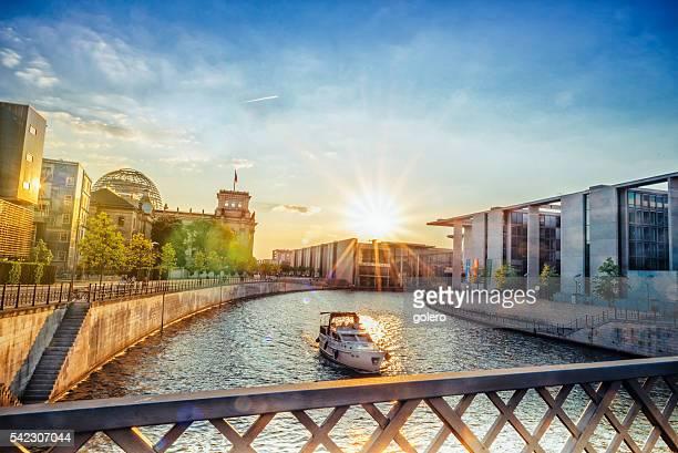 Tiefer Blickwinkel auf die Brandenburger Tor in Berlin, während dem Sonnenuntergang