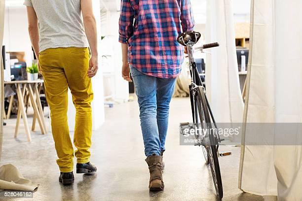 Niedrige Abschnitt des Geschäftsleute mit dem Fahrrad