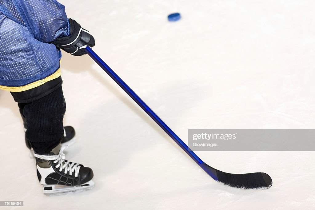 Low section view of a man playing ice hockey : Foto de stock