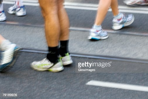 Low section view of male athletes preparing for a sports race on a running track : Foto de stock