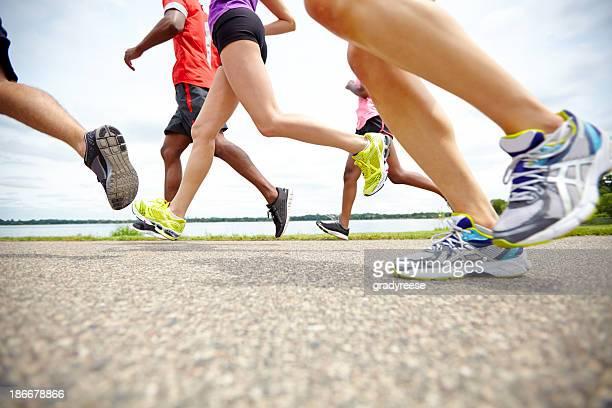 Low Vue latérale d'un athlète sur une piste de course