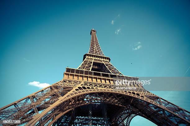 Frankreich, Paris, niedrigen Winkel Blick auf den Eiffelturm